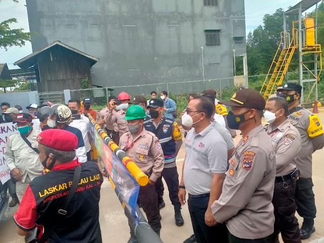 Aksi Unras Nelayan Sempat Memanas dan Adu Mulut dengan Perusahaan