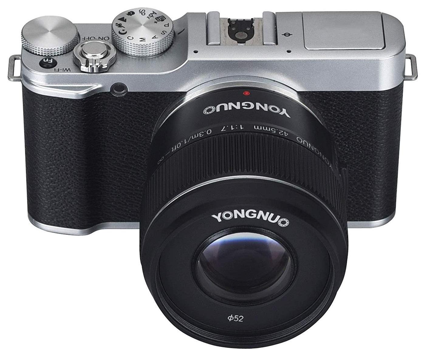 Объектив Yongnuo 42.5mm f/1.7 MFT установлен на камеру