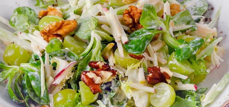 Salada Waldorf com Nozes e Uvas