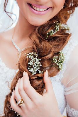 penteados com trança e flores para noivas