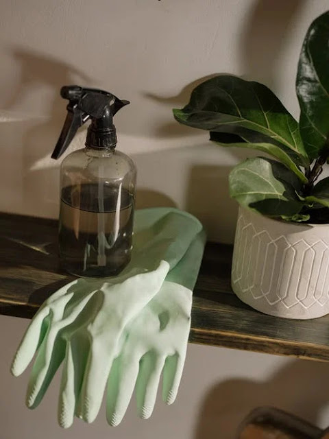 Degrease the floors with do-it-yourself detergents based on bicarbonate and alcohol. Or white vinegar