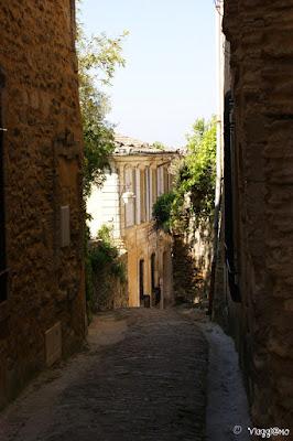 Scorci pittoreschi del centro villaggio e della sua pietra