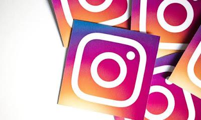 3 Fitur Terbaru dari Instagram – Instagram merupakan salah satu situs jejaring sosial yang saat ini sudah banyak digunakan oleh orang-orang di seluruh penjuru dunia. Unduhannya sendiri juga sudah mencapai 1 milyar lebih. Dengan jumlah yang sangat besar tersebut, akhirnya banyak orang yang memutuskan untuk menggunakan Instagram sebagai media pemasaran dan juga sarana untuk mencari penghasilan tambahan.    Selain sangat mudah untuk diakses, Instagram juga memiliki banyak sekali fitur-fitur terbaru yang dapat memanjakan para penggunanya. Dengan menggunakan Instagram, para pengguna bisa meng-upload foto apa saja dengan sesuka hati. Tidak hanya itu saja, para pengguna juga dapat meng-unggah konten video dengan durasi 1 menit dan juga melakukan siaran langsung. Maka dari itu tidak heran jika saat ini banyak sekali orang-orang memilih untuk menggunakan Instagram ketimbang Facebook.    Fitur Terbaru dari Instagram Baru-baru ini, Instagram baru saja merilis beberapa fitur pada platform jejaring sosial miliknya. Fitur-fitur yang diluncurkan ini diharapkan dapat membuat para penggunanya semakin betah. Bagi kamu para pengguna setia Instagram, tentu sudah mengetahui apa-apa saja fitur yang baru saja dirilis oleh Instagram. Namun bagi kamu yang belum tahu, tenang saja karena pada tulisan kali ini saya akan membahasnya secara detail. Penasaran apa saja? Berikut 3 Fitur Terbaru dari Instagram.    1. Fitur Dark Mode    Dark Mode merupakan salah satu fitur terbaru yang dirilis oleh Instagram. Dark Mode merupakan fitur gelap yang sudah ditunggu hampir seluruh pengguna Instagram. Dengan adanya fitur ini, para pengguna tentunya dapat menghemat lebih banyak daya baterai dan juga megurangi cahaya layar agar tidak menyakiti mata, terlebih pada saat malam hari. Dan berikut cara mengaktifkan fitur Dark Mode tersebut.    Bagi Pengguna Android  Pastikan terlebih dahulu ponsel yang kamu gunakan sudah menggunakan fitur Dark Mode Selanjutnya aktifkan Dark Mode dengan masuk ke menu Setting > Displ
