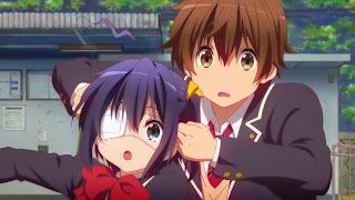 Rika i Yuuta z serialu Chuunibyou demo Koi ga Shitai. Chłopak próbuje sprowadzić dziewczynę ze świata marzeń