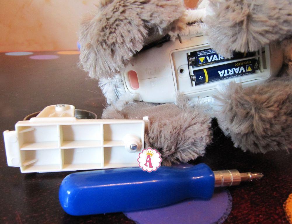 Замена батареек в интерактивной игрушке FurReal Friends My Poopin Kitty Kami