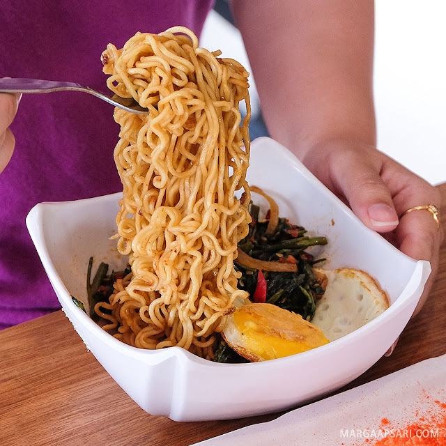 Mie Goreng Cah Kangkung Mbo Galak + Telor Ceplok Warunk Starmeal