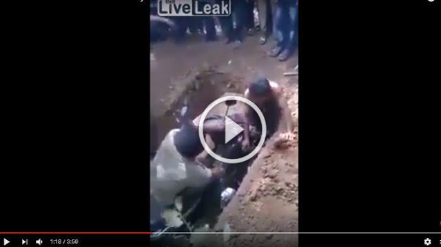 "[[VIDEO]] Astagfirullah! Lihat Apa yang Dimasukkan ke Liang Lahat Bersama Jenazah ini, Ada 'Ritual' Yang Sangat Aneh, Video "" Nya Pun Bikin Merinding..."