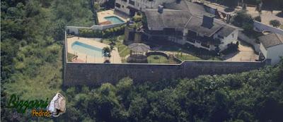 Construção da piscina com concreto armado com o revestimento de azulejo com o piso do passeio da piscina com pedra São Tomé com execução da construção da residência com o muro de arrimo com pedra de 7 m de altura para poder apoiar a piscina e para que a construção da piscina ficasse no mesmo nível da residência.