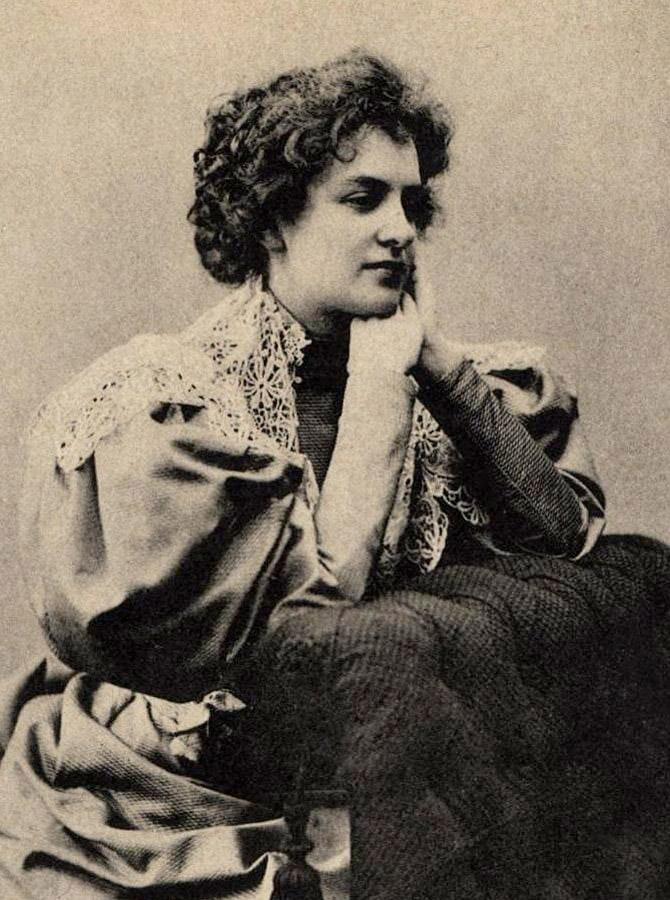 Хрещена мати Олени Теліги, російська поетка й драматургиня Зінаїда Гіппіус