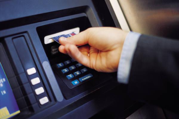 Πιο ακριβές από βδομάδα οι αναλήψεις από ΑΤΜ άλλων τραπεζών – Οι νέες χρεώσεις