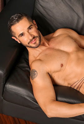 Hot Underwear Model Dean Monroe shows his muscled Body