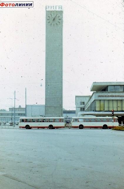 1980-е годы. Рига. Часы на Привокзальной площади. Троллейбус едет по улице Гоголя.