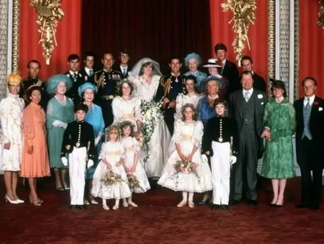 What's a royal wedding without a family portrait!