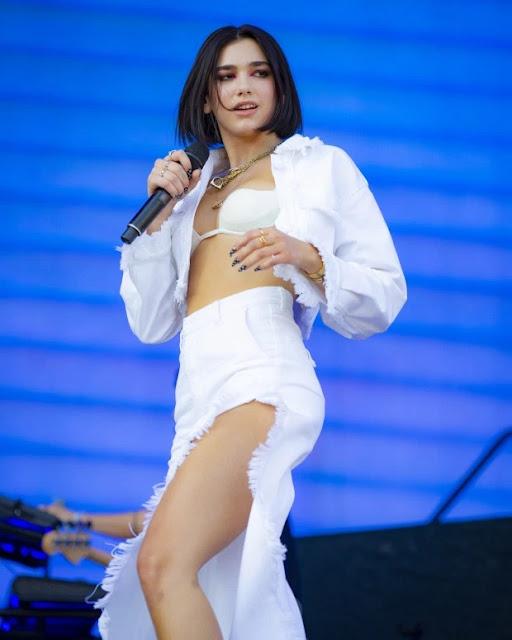 Dua Lipa vestito di bianco