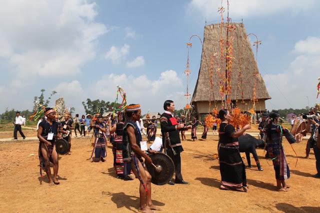 Đồng bào Bana phục dựng lễ đâm trâu tại Làng Văn hóa - Du lịch các dân tộc Việt Nam