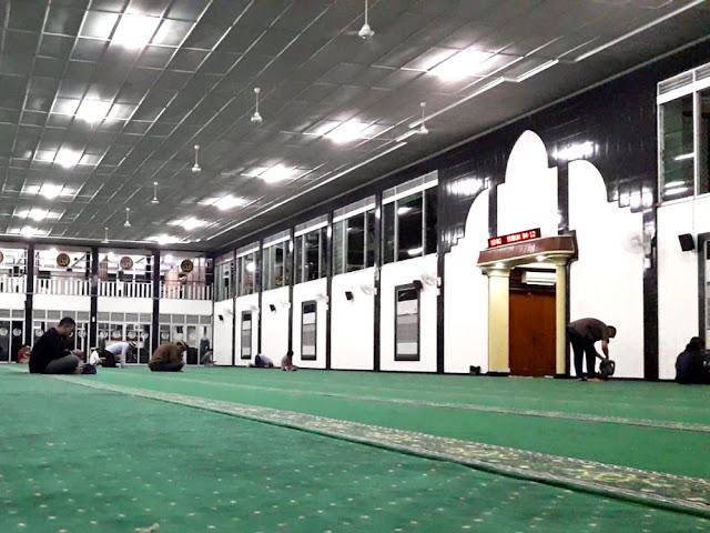Masjid Al Falah Surabaya tambah lafadz adzan sholluu fii buyutikum