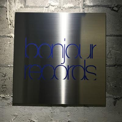 ボンジュールレコードの看板写真です。
