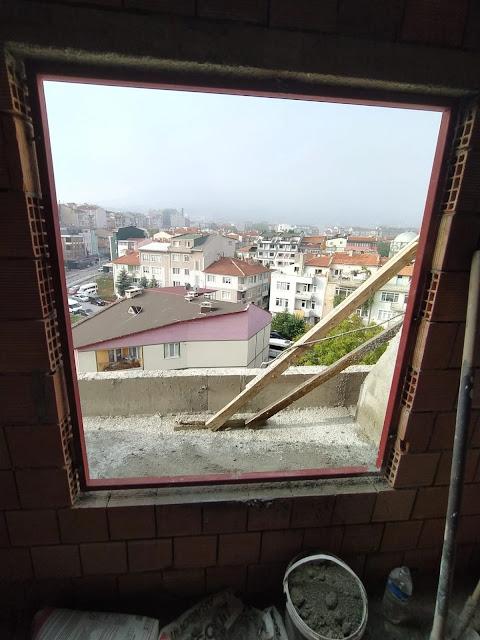kör kasası yapılmış bir pencere