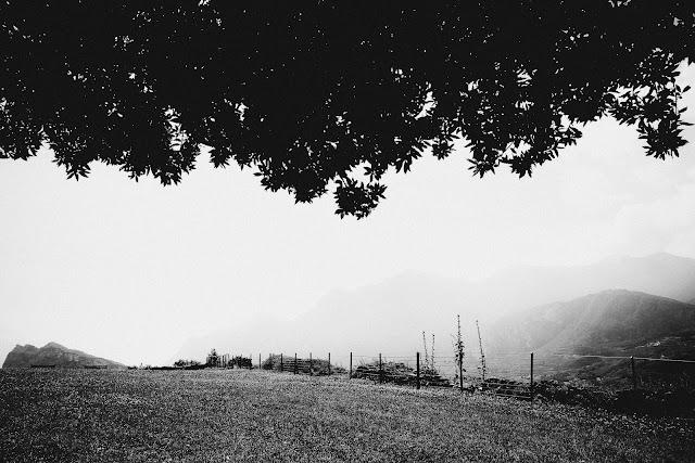 Monte Colodri, Castello di Arco. Fotografia czarno-biała. fot. Łukasz Cyrus
