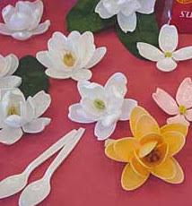 http://manualidadespasoapaso.blogspot.com.es/2009/07/flores-con-cucharas.html