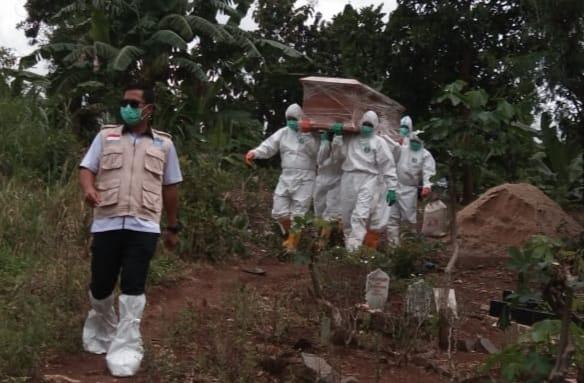 Personel Kodim 0410/KBL yang tergabung dalam Tim Evakuasi Satgas Covid-19 melaksanakan prosesi pemakaman terhadap satu orang jenazah warga Kota Bandar Lampung