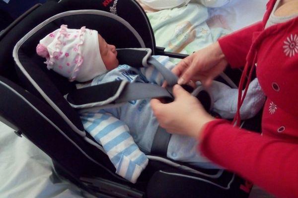 noworodek, klippan kiss 2, newborn, wyjście ze szpitala w foteliku