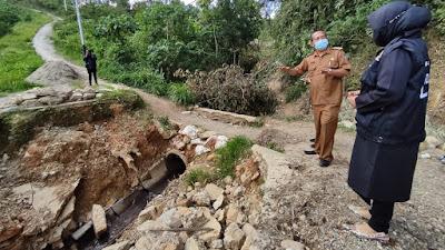 Pasca Jebol Dihantam Banjir 4 Bulan Lalu, Rezka Oktoberia Tinjau Jembatan Penghubung Di Andiang