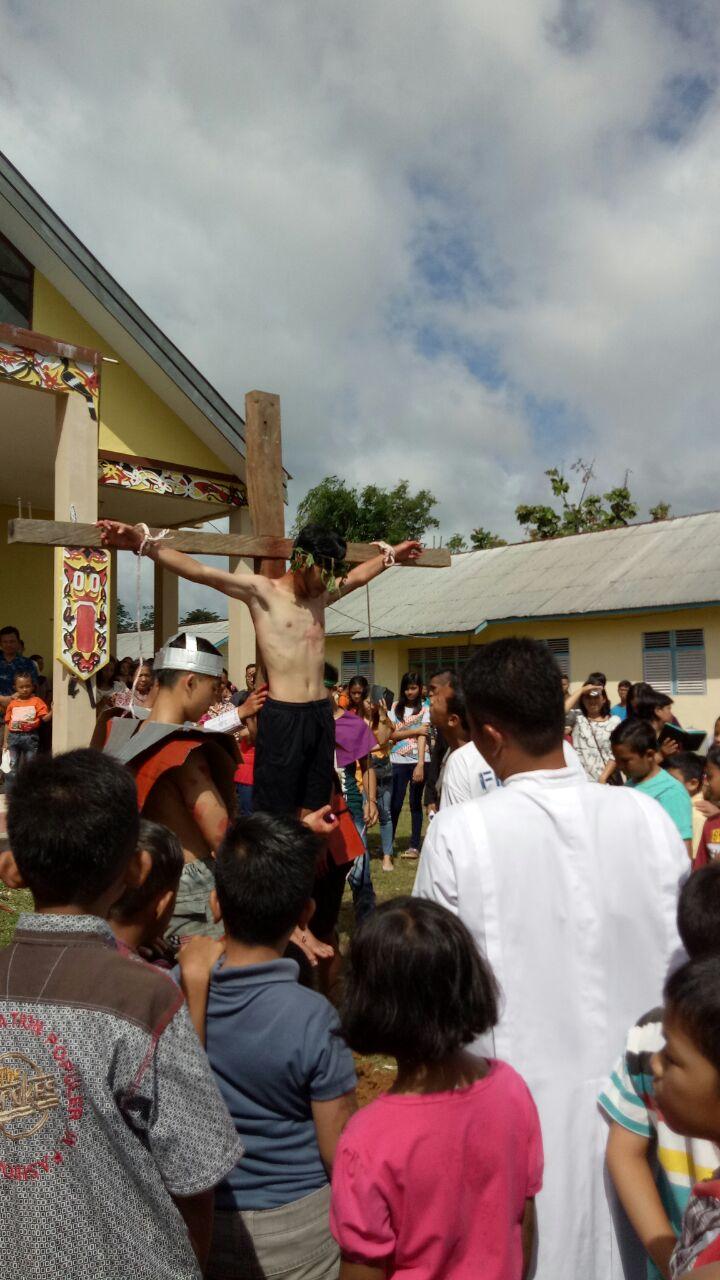 Foto 2: Jumat Agung Gereja Santo Theodorus Kecamatan Nanga Mahap (Yuliani).