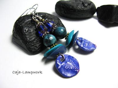 blau-türkise Ohrringe mit handgefertigten Clay Ahängern