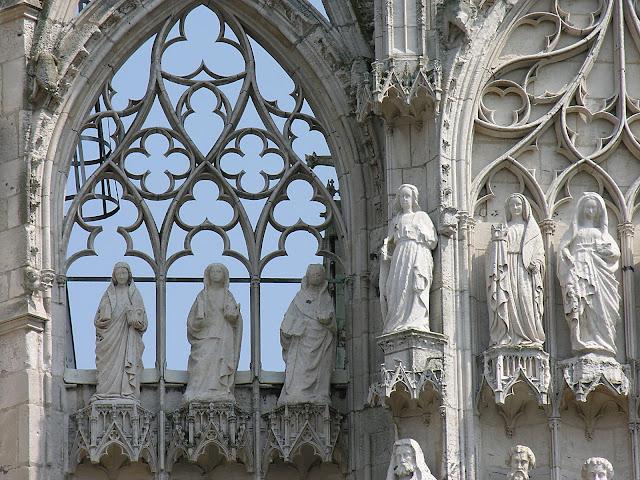 Sob a aparente fragilidade de gráceis colunetas e flechas rendilhadas, esconde-se uma poderosa armação de pedra. Catedral de Rouen, França.