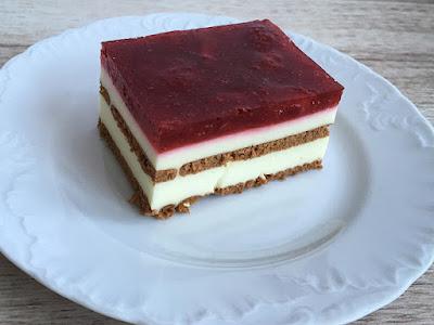 Ciasto przełożone herbatnikami  z sera i truskawek