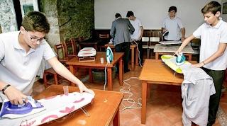 Σχολείο διδάσκει στα αγόρια πως να σιδερώνουν, να πλένουν και να κάνουν τις δουλειές του σπιτιού
