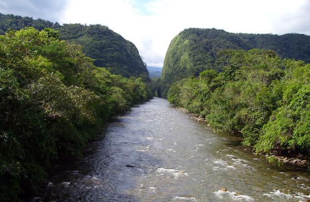 río con montañas portales del fraguita al fondo