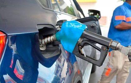 Las gasolinas registran precios no vistos desde 2014, con el petróleo más barato