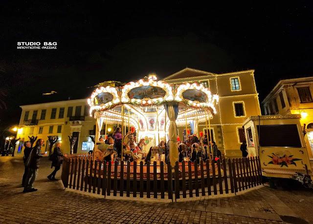Πόλος έλξης για τα μικρά παιδιά το Χριστουγεννιάτικο Carousel στο Ναύπλιο