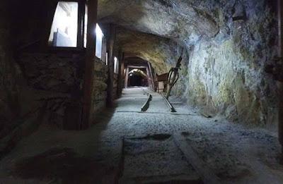 vitrinas con objetos mineros antiguos - museo minero de oruro