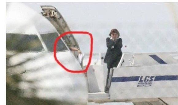 عاجل خاطف الطائرة المصرية طلب محادثة هذا الشخص وقام بارسال رسالة له مع مضيفة الطائرة !!