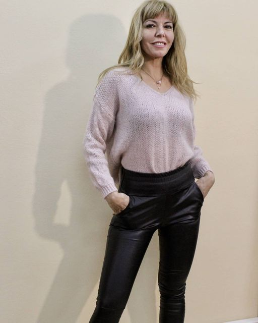 Πλεκτό πουλόβερ σε ροζ & γκρι χρώμα & μαύρο παντελόνι δερματίνης