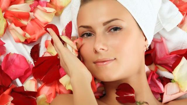 7 فوائد لماء الورد للوجه ..تعرف عليها