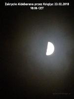 """Kadry z filmu nagranego kompaktem Sony DSC-H20 """"z ręki"""". Pocienienie warstwy chmur spowodowało, że Księżyc na nagraniu stał się momentalnie prześwietlony (brak możliwości regulacji ustawień ekspozycji w trybie wideo), ale dzięki temu możliwe było zarejestrowanie Aldebarana niknącego za ciemnym brzegiem księżycowej tarczy."""