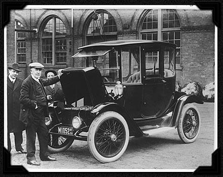 Thomas Edison dan sebuah mobil listrik tahun 1913 (sumber dari National Museum of American History)