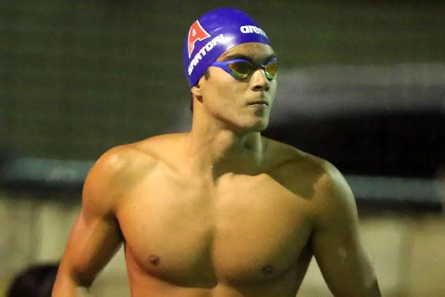 Homem com touca de natação