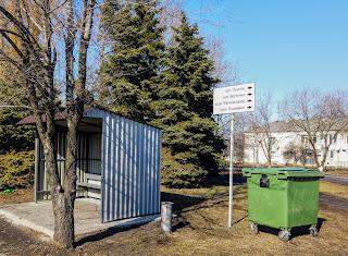 Посёлок Удачное. Мусорные контейнеры, автобусный павильон, указатель улиц