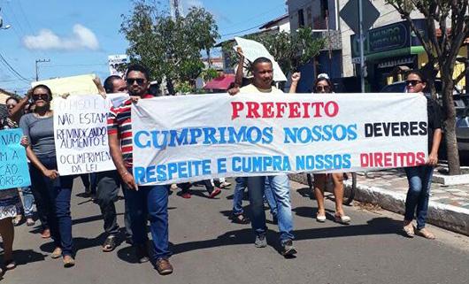 Prefeito de Chapadinha não paga reajustes e servidores saem às ruas em protesto