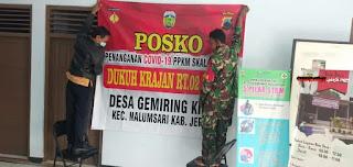 Babinsa Bantu Pendirian Posko PPKM Berbasis Mikro Desa Gemiring Kidul