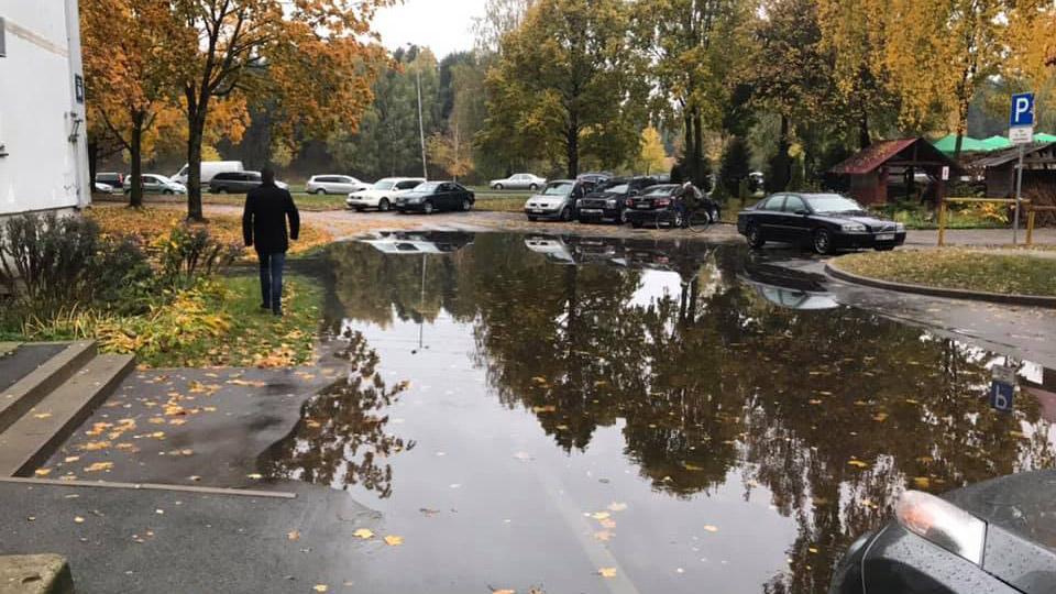 Intensīva lietus rezultātā applūst iekšpagalms Imantā