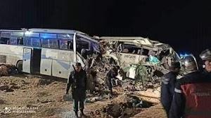 حادث مرور اليم بين حافلتين هيغر بسطيل خلف عدة وفيات وعشرات الجرحى