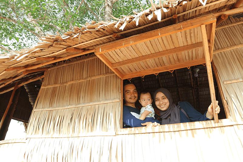 Borneo ant house. Dalam rumah atas pokok (tree house) bersama wife dan anak.