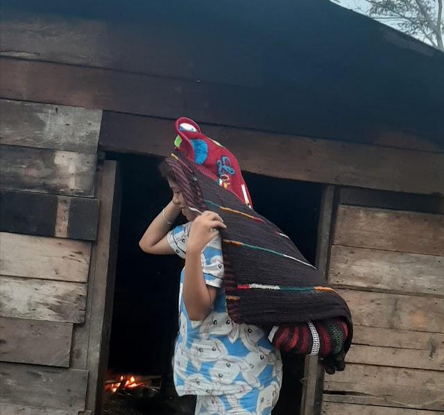 Betapa Kuat Nya Wanita-Wanita Indonesia Timur