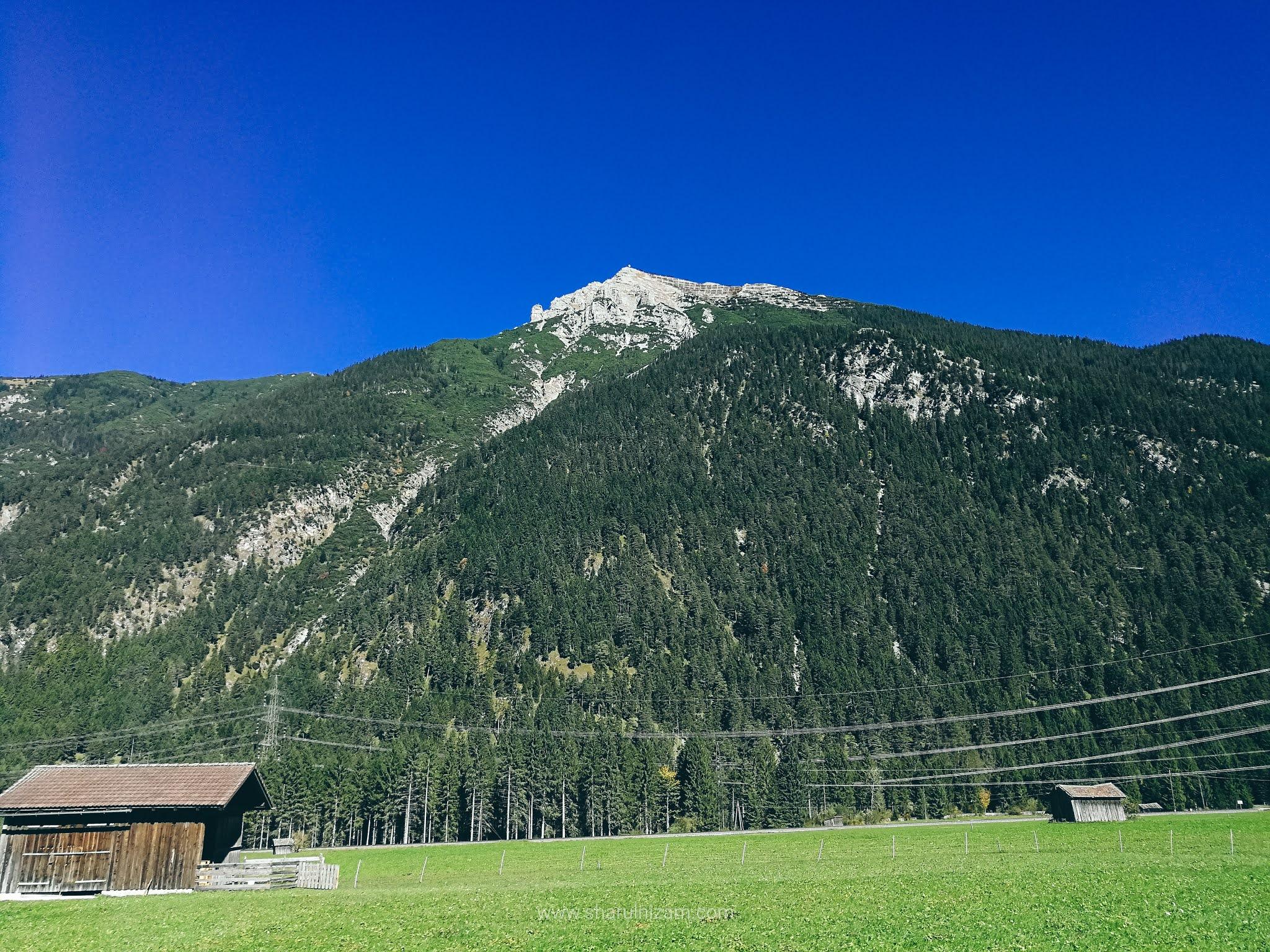 Mengutip Daun Maple Di Eibsee Bersaksikan Gunung Zugspitze